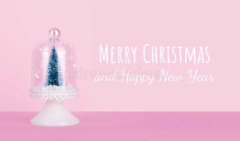 Projeto criativo do Natal no fundo cor-de-rosa da cor pastel com árvore de Natal foto de stock