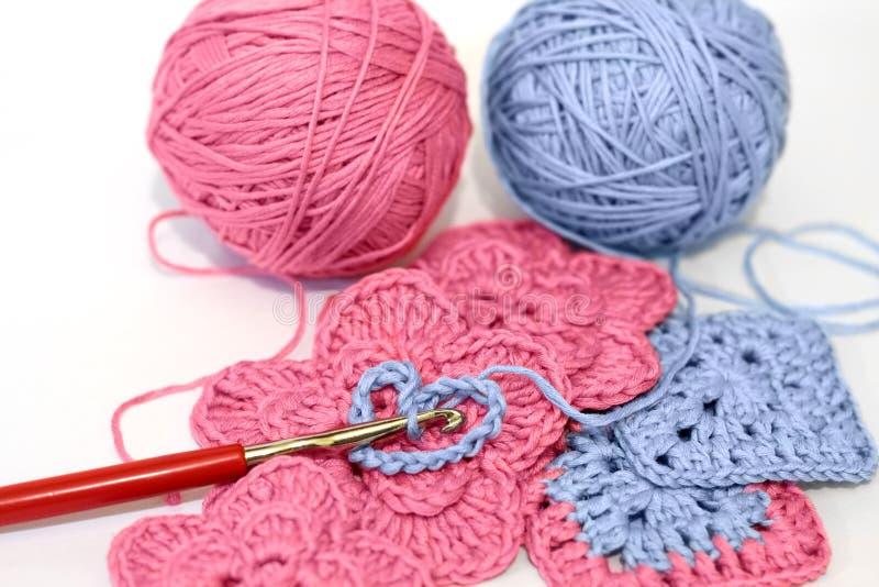 Projeto Crocheting com fio cor-de-rosa e azul foto de stock royalty free