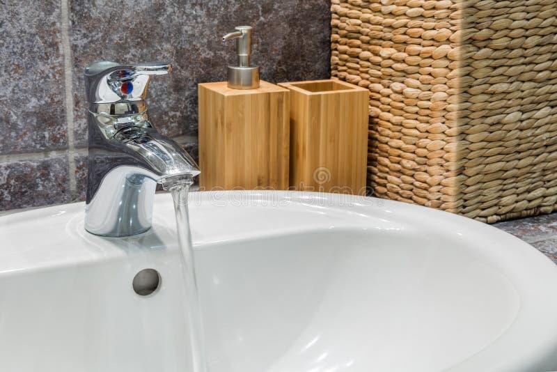 Projeto da área do dissipador do banheiro, no banheiro com telhas escuras imagem de stock