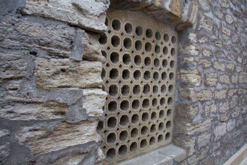 Projeto da grade de janela de uma arquitetura do Oriente Médio velha fotos de stock