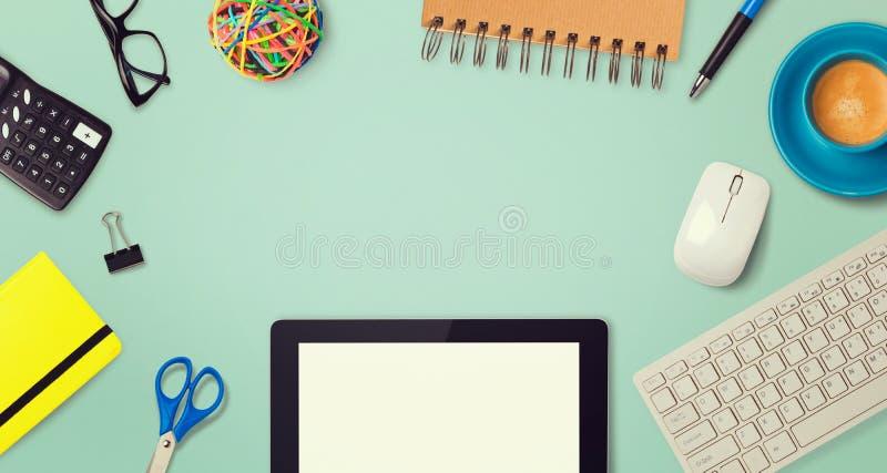 Projeto da imagem do herói do encabeçamento do Web site com artigos da tabuleta e do escritório fotografia de stock