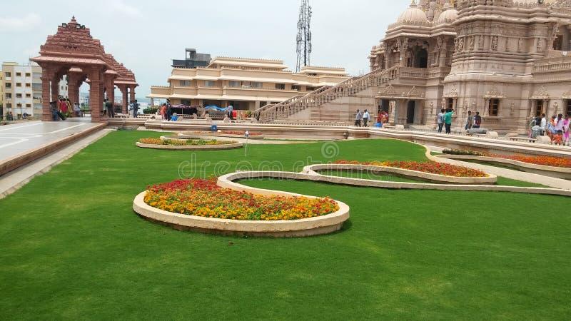 Projeto da paisagem da grama do templo imagens de stock