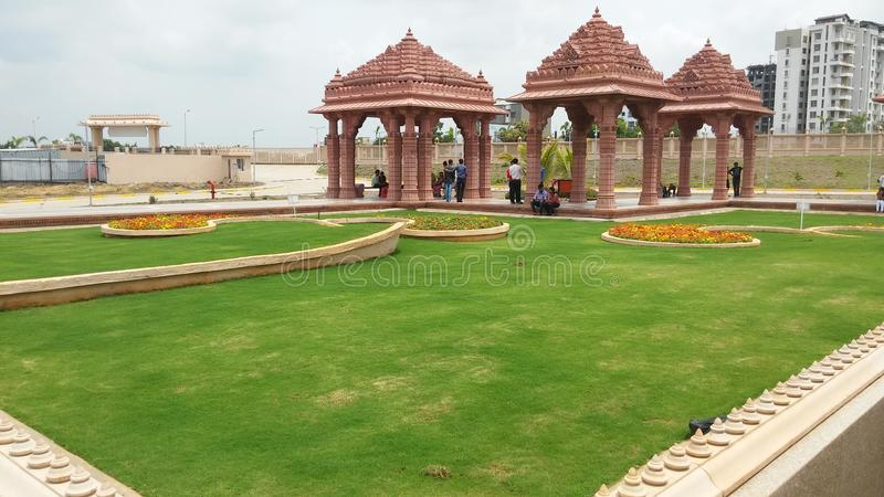 Projeto da paisagem da grama do templo foto de stock royalty free
