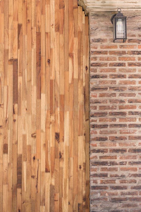 Projeto da parede de tijolo da madeira e do cimento do interior foto de stock