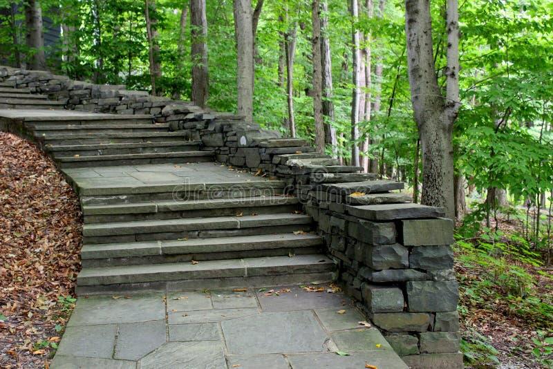 Projeto de convite de povos de condução da escadaria de pedra às fugas de natureza acima foto de stock royalty free