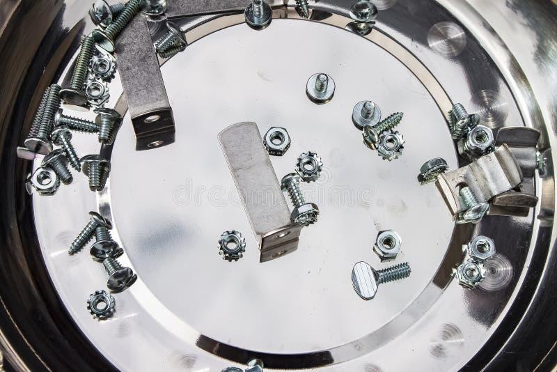 Projeto de DIY - vários parafusos e parafusos e suportes sortidos que colocam em uma bandeja do metal foto de stock royalty free