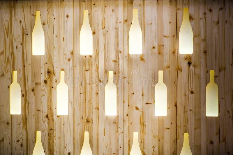 Projeto de madeira da barra do contexto do restaurante da parede do teste padrão da forma da textura das garrafas de vinho foto de stock royalty free