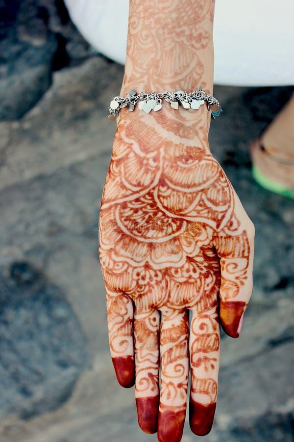 Projeto de Mehandi na mão indiana fotos de stock royalty free