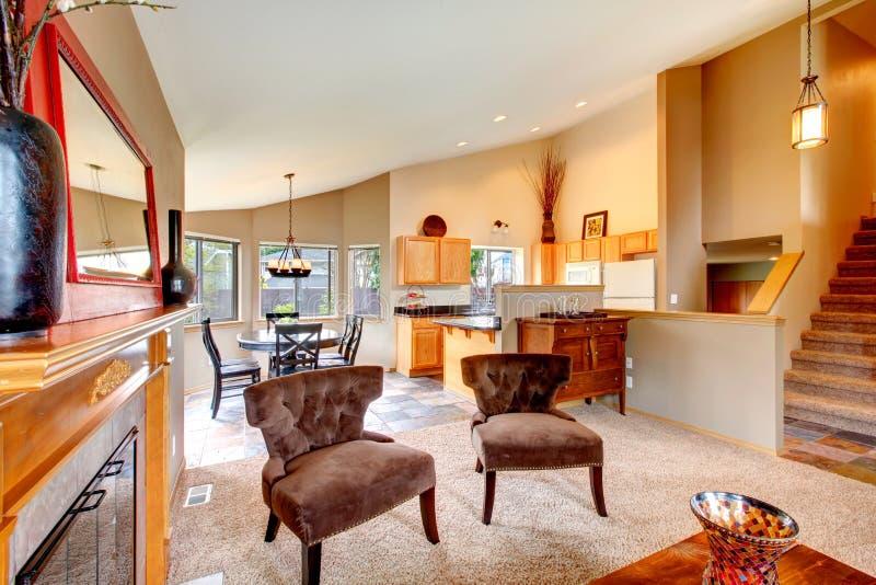 Projeto de plano aberto para a cozinha com o espaço para refeições e a sala de visitas fotos de stock royalty free