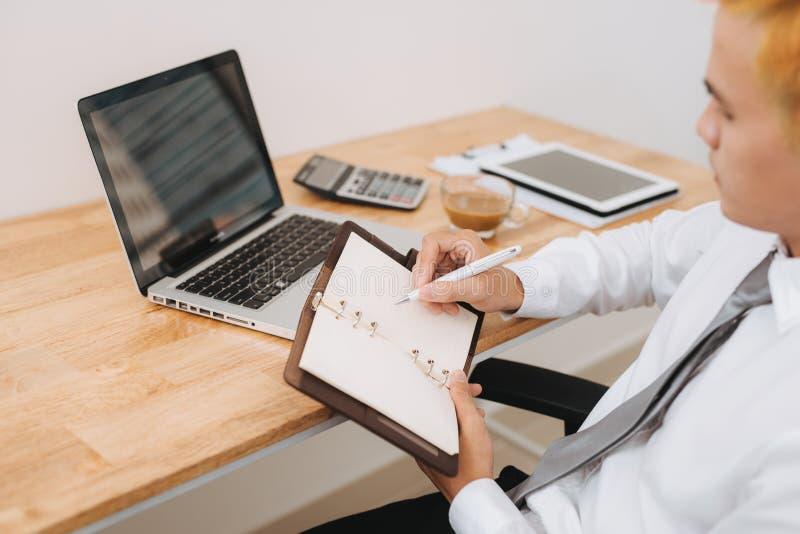 Projeto de trabalho planejando ocasional do homem de negócio, escrevendo a nota com regaço fotografia de stock