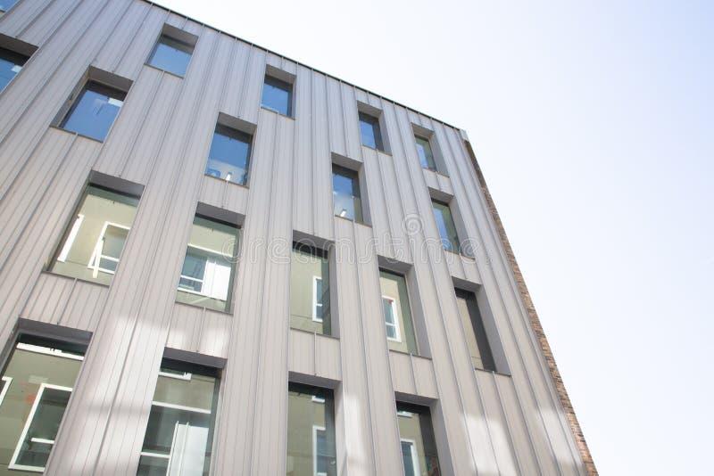 Projeto de vidro de construção moderno da fachada dos detalhes da arquitetura no fundo abstrato imagens de stock