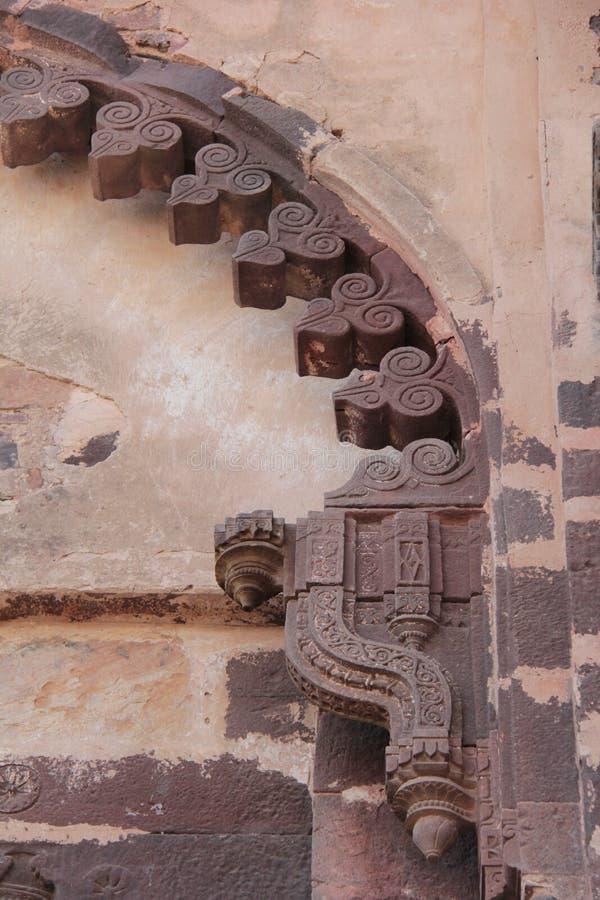 Projeto do arco decorativo da grande porta da entrada ao palácio foto de stock