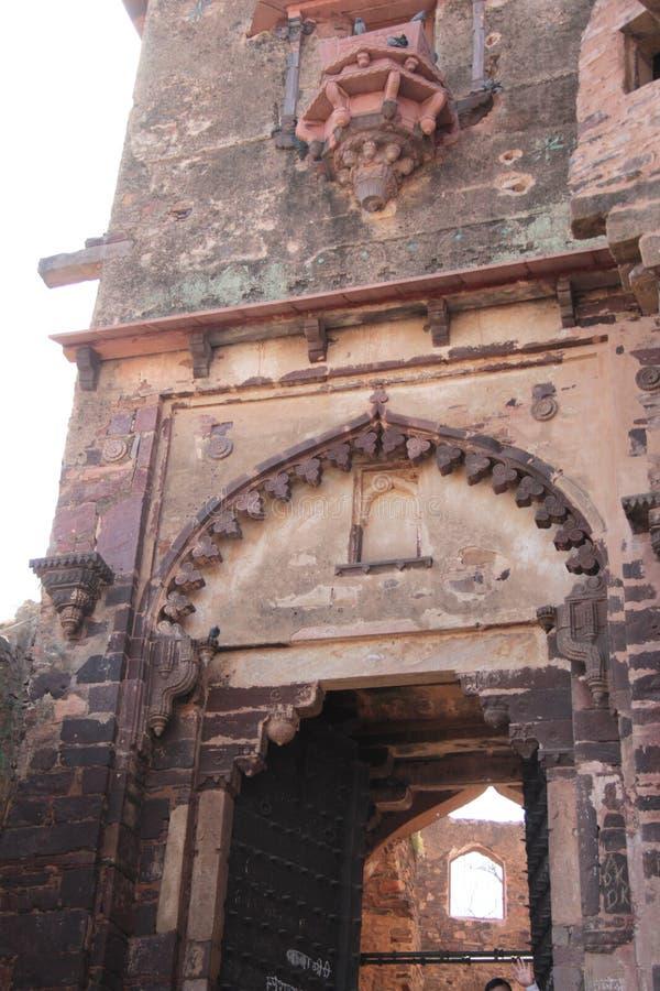 Projeto do arco decorativo da grande porta da entrada ao palácio fotografia de stock