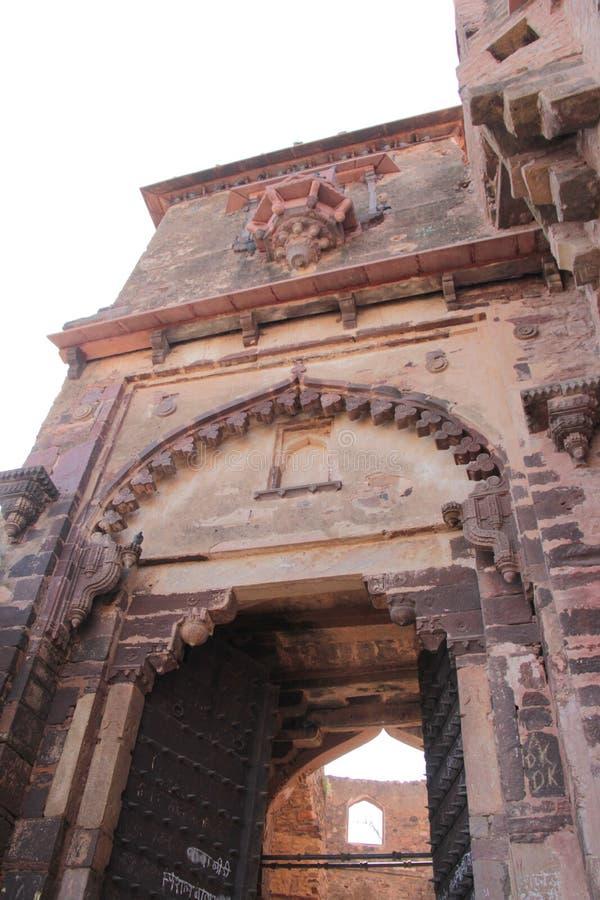 Projeto do arco decorativo da grande porta da entrada ao palácio imagens de stock