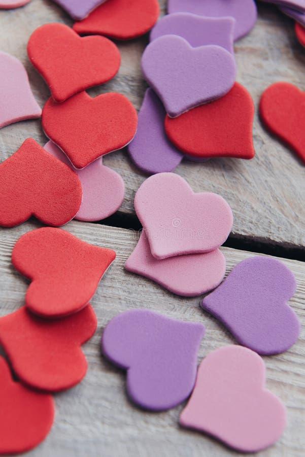 Projeto do fundo ao dia do ` s do Valentim Conceito ultravioleta roxo vermelho decorativo do dia dos heartsValentines fotos de stock royalty free