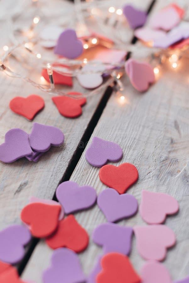 Projeto do fundo ao dia do ` s do Valentim Conceito ultravioleta roxo vermelho decorativo do dia dos heartsValentines fotografia de stock