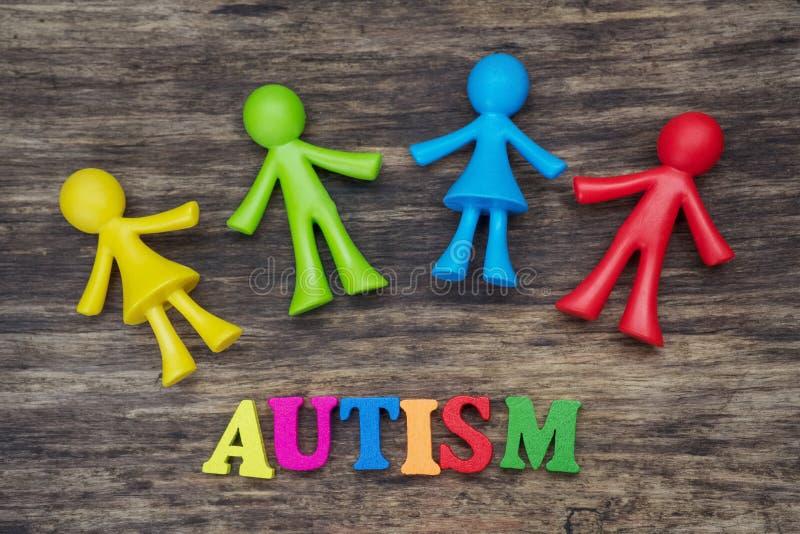 Projeto do fundo das crianças da boneca com palavra do autismo fotografia de stock royalty free