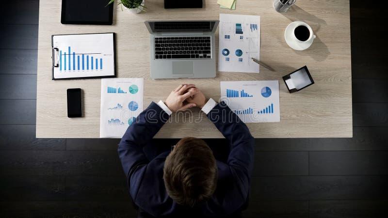 Projeto do revestimento do homem e laptop de fechamento no local de trabalho, vista superior foto de stock royalty free