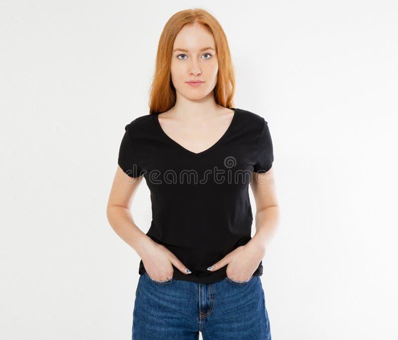 Projeto do t-shirt, conceito feliz dos povos - mulher vermelha de sorriso do cabelo no t-shirt preto vazio que aponta seus dedos  foto de stock royalty free
