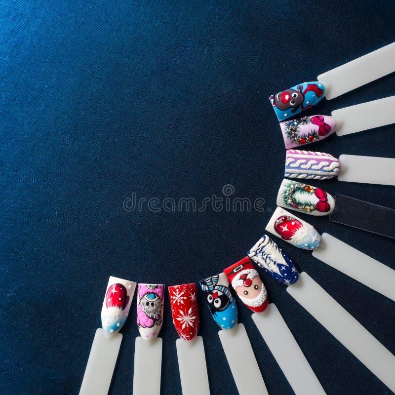 Projeto do verniz para as unhas com tema festivo do Natal fotos de stock