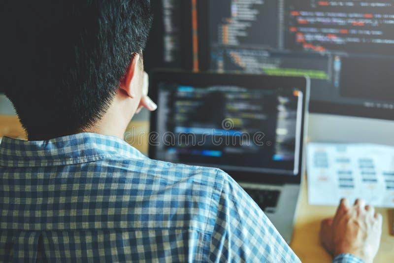 Projeto e codificação tornando-se de Development Website do programador da tecnologia imagens de stock