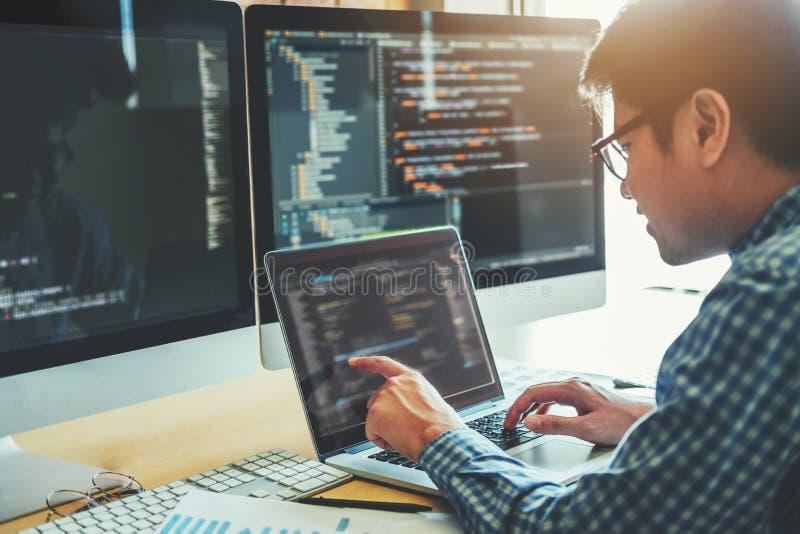 Projeto e codificação tornando-se de Development Website do programador da tecnologia foto de stock royalty free