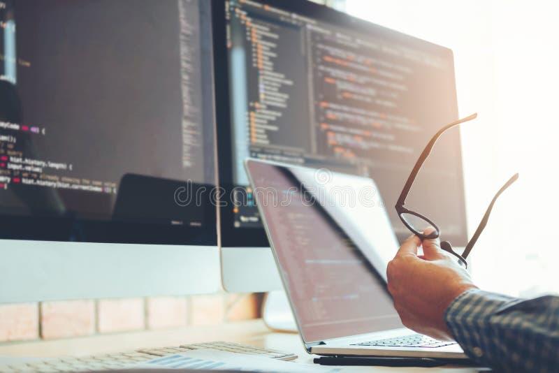 Projeto e codificação tornando-se de Development Website do programador da tecnologia imagem de stock