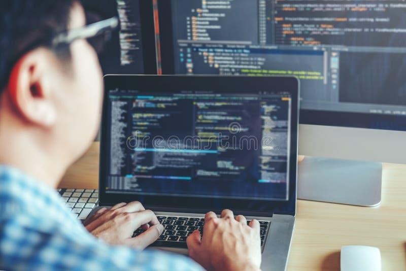 Projeto e codificação tornando-se de Development Website do programador da tecnologia fotos de stock