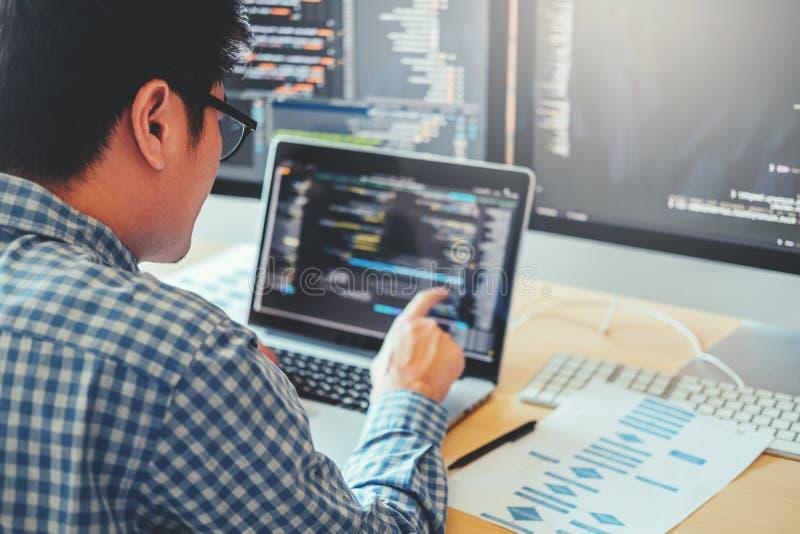 Projeto e codificação tornando-se de Development Website do programador das tecnologias que trabalham no escritório da empresa de fotos de stock