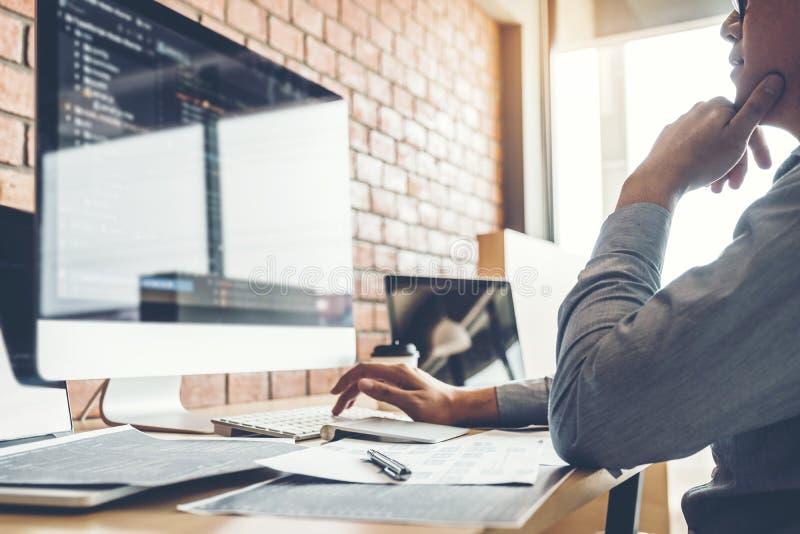 Projeto e codificação tornando-se de Development Website do programador das tecnologias que trabalham no escritório da empresa de imagens de stock royalty free