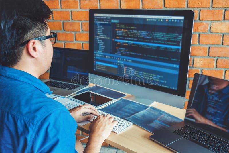 Projeto e codificação tornando-se de Development Website do programador das tecnologias que trabalham no estoque do escritório da imagens de stock royalty free