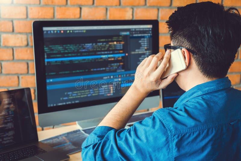 Projeto e codificação tornando-se de Development Website do programador das tecnologias que trabalham no estoque do escritório da foto de stock