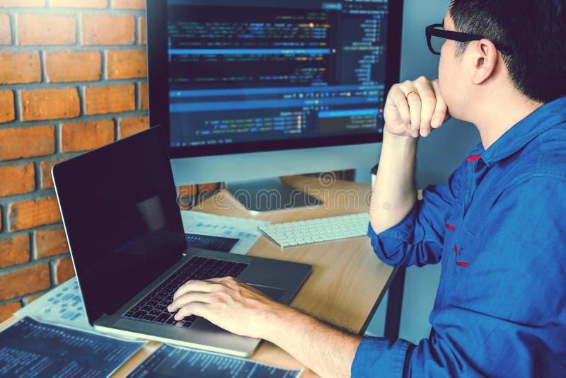 Projeto e codificação tornando-se de Development Website do programador das tecnologias que trabalham no estoque do escritório da imagem de stock