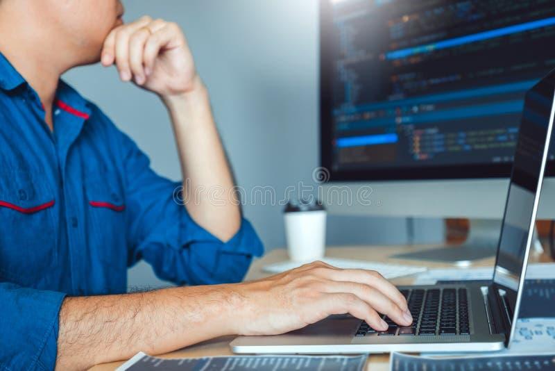 Projeto e codificação tornando-se de Development Website do programador das tecnologias que trabalham no estoque do escritório da foto de stock royalty free