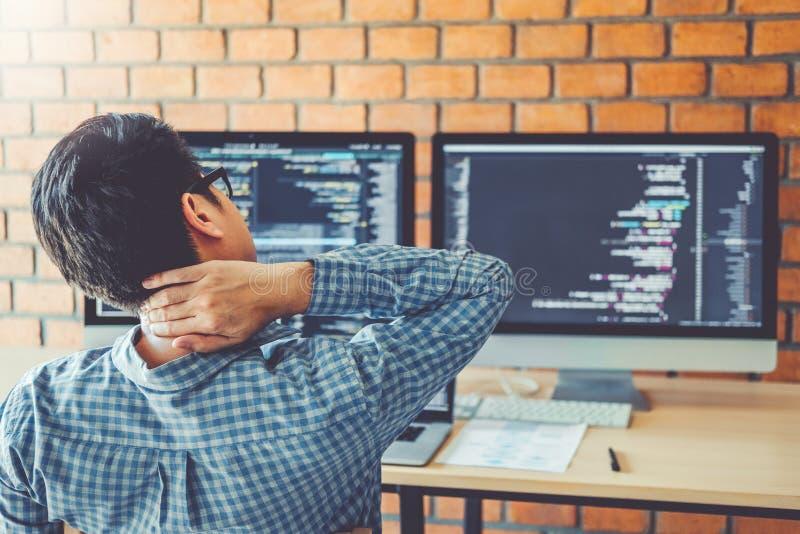 Projeto e codificação tornando-se de relaxamento de Development Website do programador das tecnologias que trabalham no escritóri imagens de stock