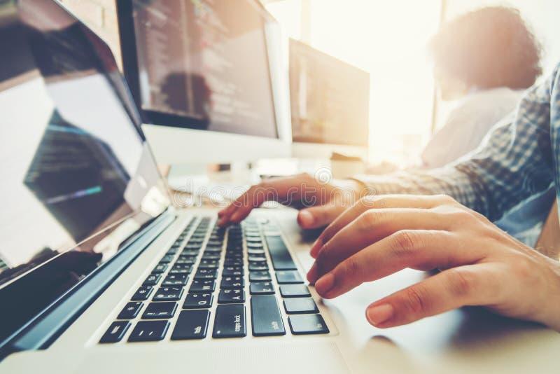 Projeto e codificação tornando-se de Team Development Website do programador imagens de stock