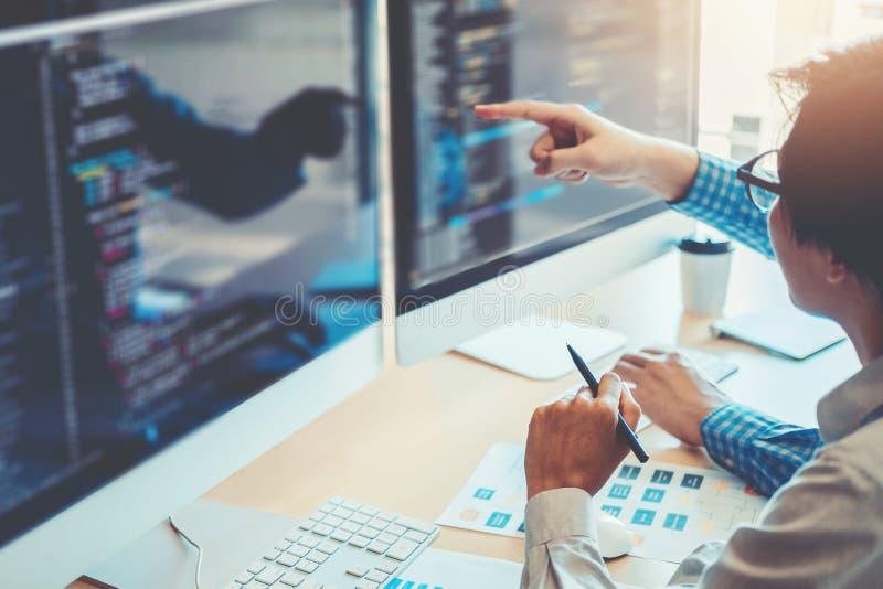 Projeto e codificação tornando-se de Team Development Website do programador imagem de stock royalty free