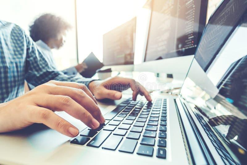 Projeto e codificação tornando-se de Team Development Website do programador das tecnologias que trabalham no escritório da empre fotos de stock