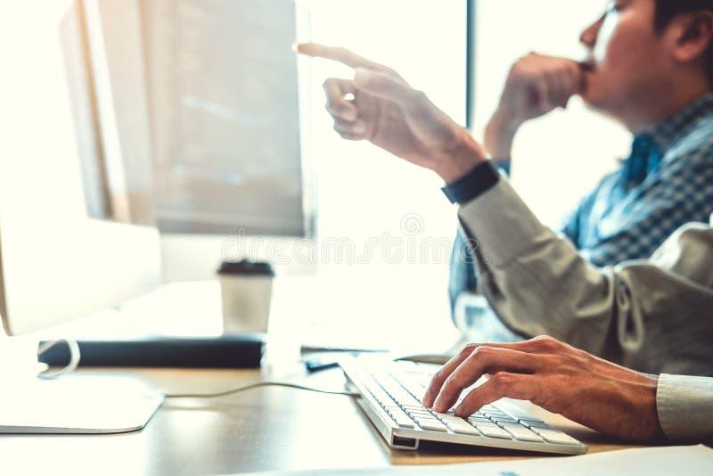 Projeto e codificação tornando-se de Team Development Website do programador das tecnologias que trabalham no escritório da empre foto de stock royalty free
