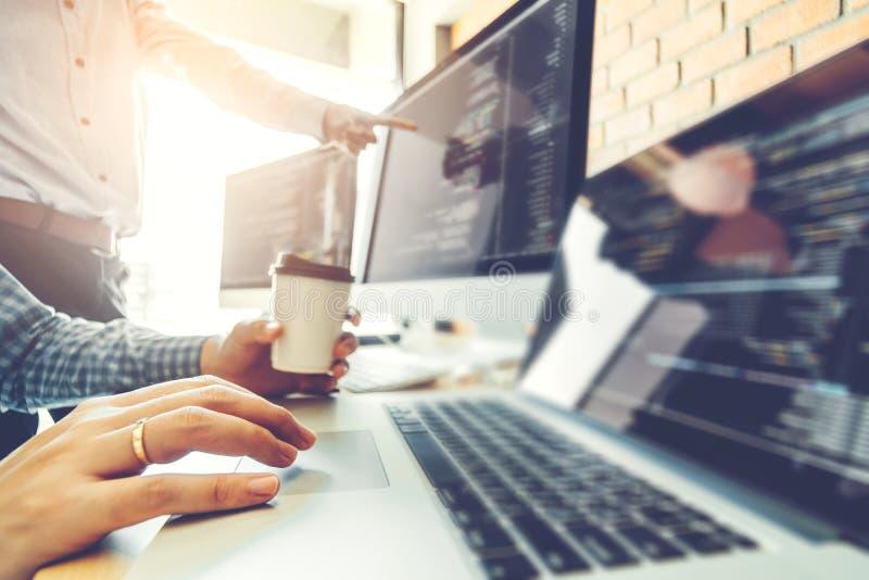 Projeto e codificação tornando-se de Team Development Website do programador das tecnologias que trabalham no escritório da empre imagens de stock