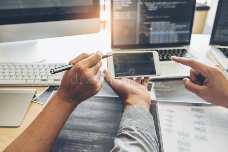 Projeto e codifica??o tornando-se de Team Development Website do programador das tecnologias que trabalham no escrit?rio da empre fotografia de stock