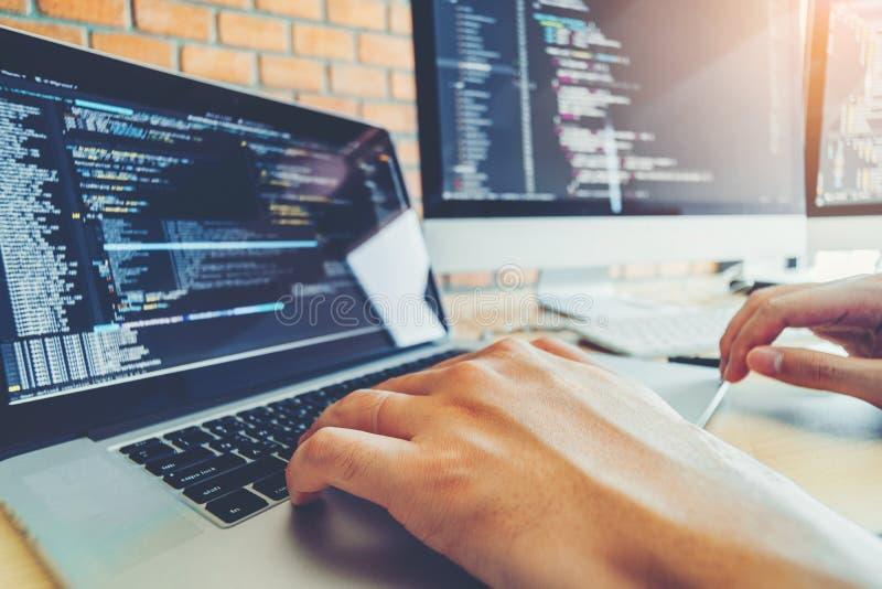 Projeto e codifica??o tornando-se de Team Development Website do programador das tecnologias que trabalham no escrit?rio da empre fotografia de stock royalty free
