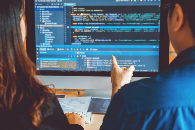 Projeto e codifica??o tornando-se de Team Development Website do programador das tecnologias que trabalham no escrit?rio da empre imagens de stock royalty free