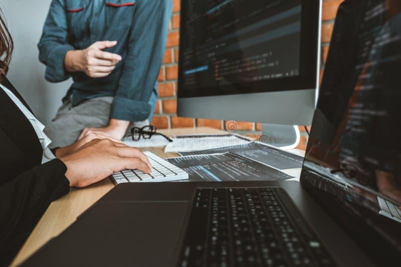 Projeto e codifica??o tornando-se de Team Development Website do programador das tecnologias que trabalham no escrit?rio da empre fotos de stock royalty free