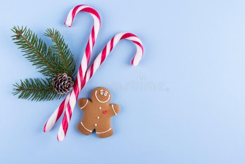 Projeto festivo simples Modelo para cumprimentar, planos, desejos, objetivos Decorações do Natal no fundo pastel azul Configuraçã foto de stock royalty free