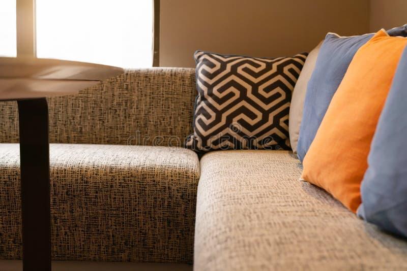 Projeto home interior, sofá acolhedor na sala de visitas com descanso colorido fotos de stock