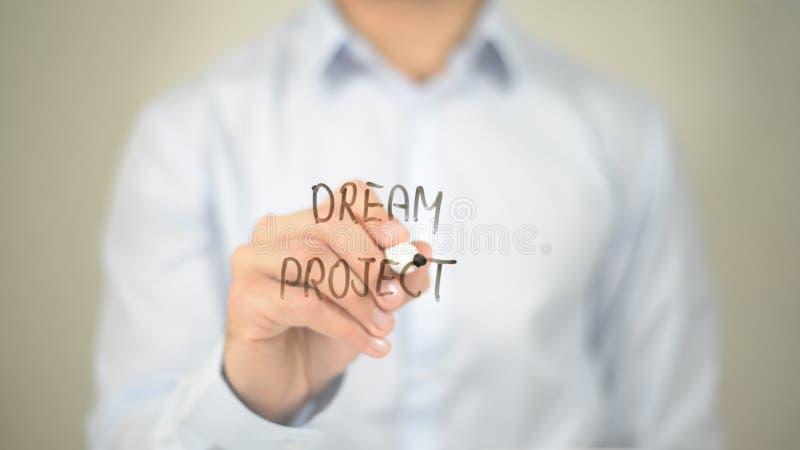 Projeto ideal, escrita do homem na tela transparente fotos de stock