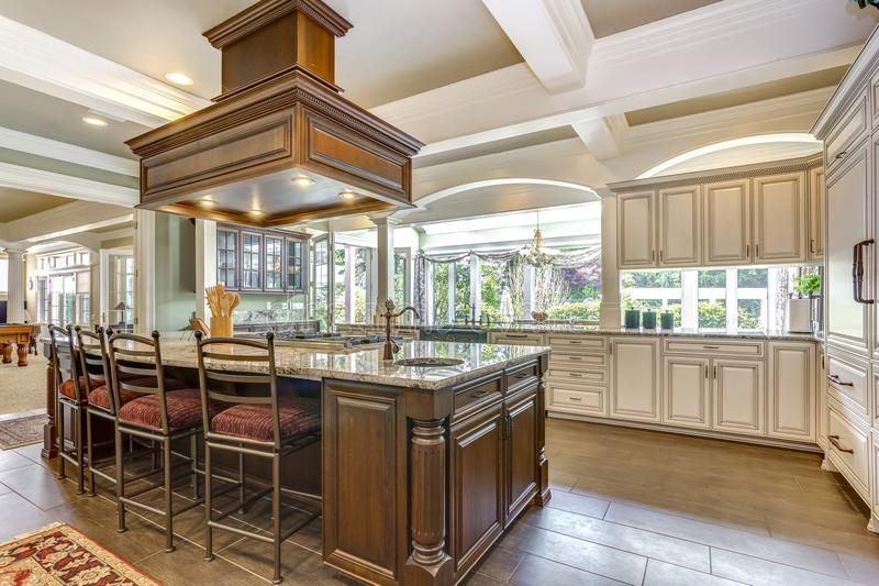 Projeto impressionante da sala da cozinha com a grande ilha do estilo da barra fotos de stock