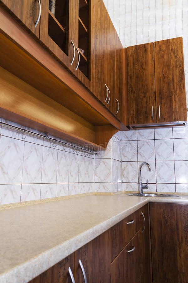Projeto interior da cozinha feita sob encomenda bonita luxuosa da madeira de pinho com console e granito fotos de stock