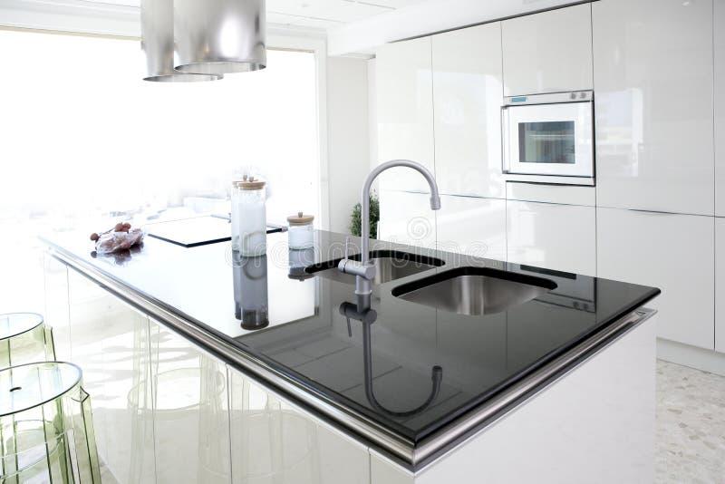 Projeto interior limpo da cozinha branca moderna imagens de stock